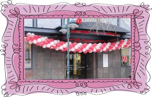Girlande aus Luftballons zum Jubiläum einer Sparkasse